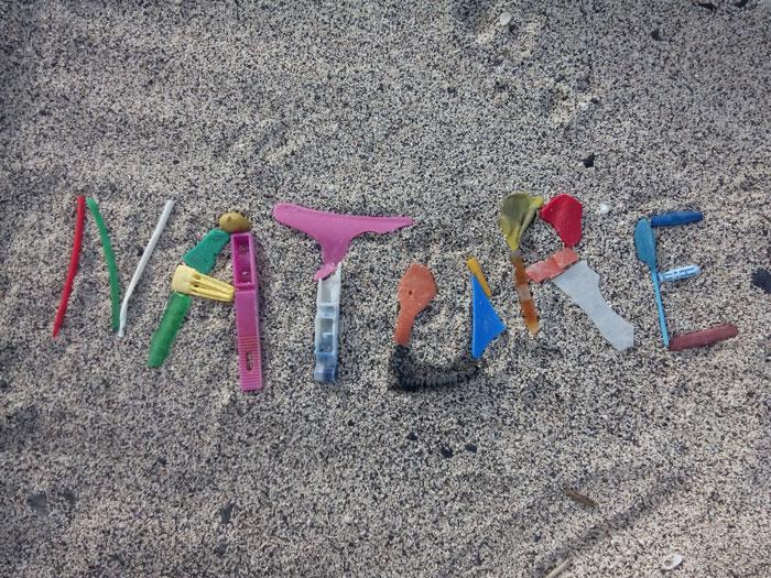 Kuva: NATURE Sommitelma El Hierron saaren (Kanarian saaret, Espanja) rannalta löytyneistä muoviesineiden kappaleista. Ne asettavat värikkyydessään kontrastin suhteessa orgaanisiin aineisiin, jotka eivät ole ihmiskulttuurin luomia. Tämän voi nähdä esteettisenä arvona. Saarta pidettiin maailman läntisenä reunana vielä 1400-luvulla ennen kuin Kolumbus seurueineen kompastui Amerikan mantereeseen.