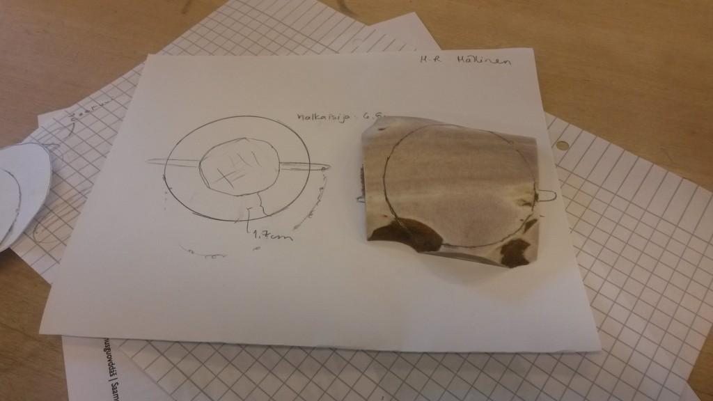 Luusoljen suunnittelua: vasemmalla luonnos ja oikealla  työstettävä luu. Kuva:  Maria-Riitta Mällinen